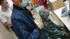 应接种、尽接种,七旬老人带94岁母亲接种新冠疫苗